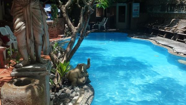 Hoteles econ micos con piscinas en la calle khaosan de bangkok for Hoteles baratos en sevilla con piscina